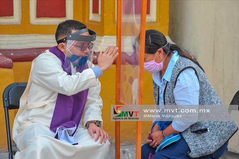 Sacerdotes realizan confesiones en el atrio de la iglesia