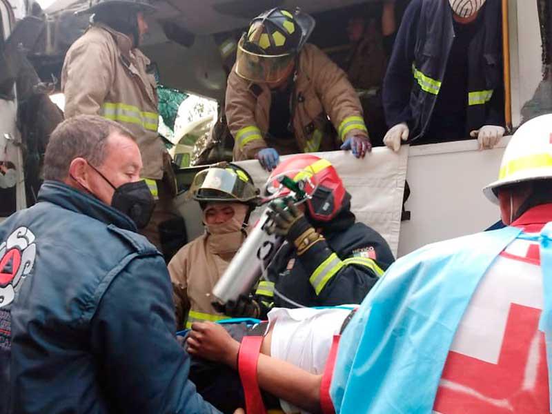 Choca trailer y autobús en la Naucalpan Toluca, hay 15 lesionados