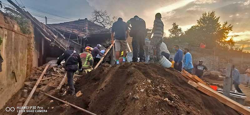 Se derrumba casa de adobe en Tenancingo, bomberos rescatan a un hombre