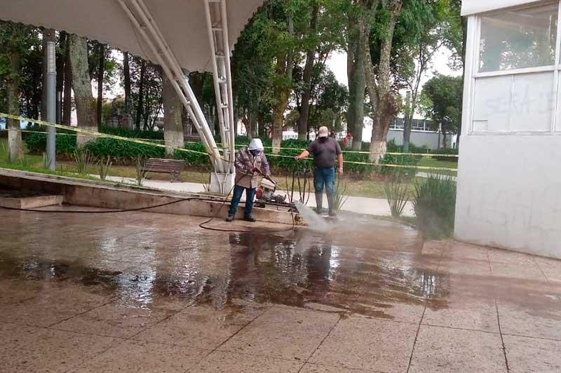 Personal del ayuntamiento borra pintas en monumentos y mobiliario tras marcha pro-aborto en Toluca