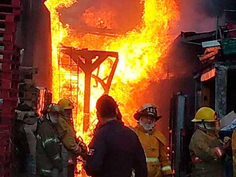 Servicios de emergencia atienden incendio de fábrica en Cuautitlán Izcalli