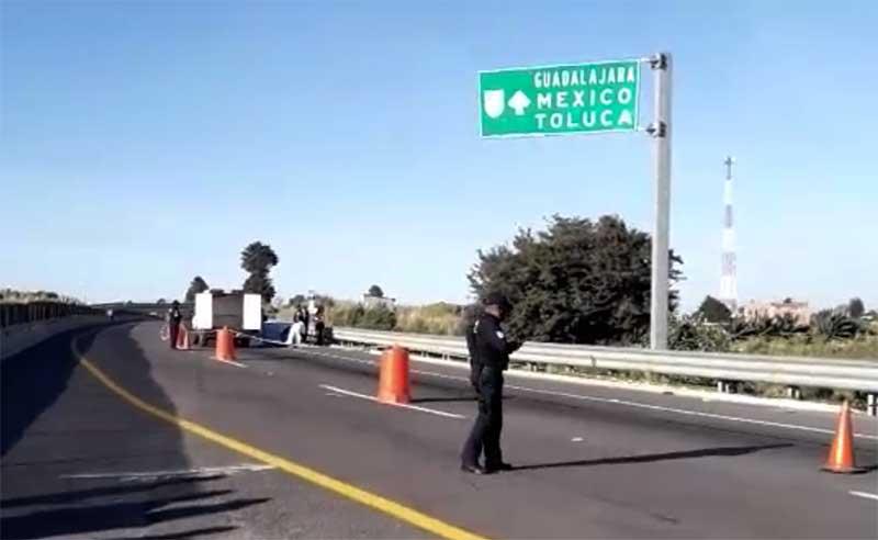 Dejan el cadáver de un hombre en autopista a Ixtapan
