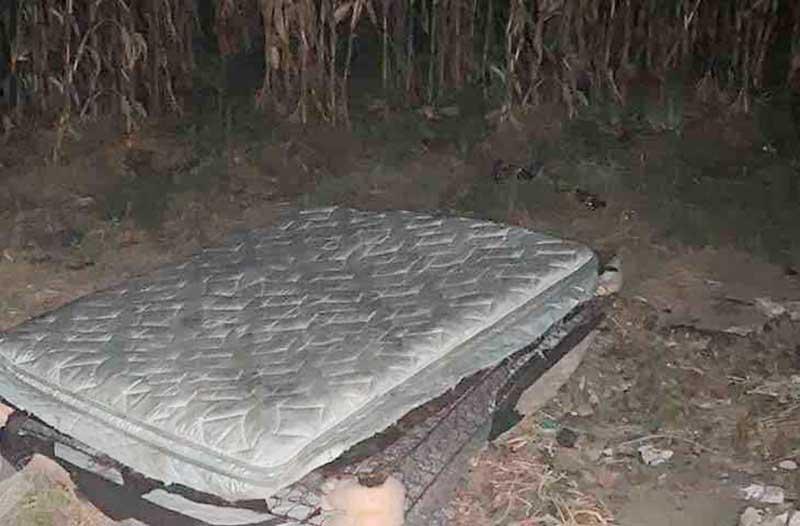Encuentran cadáver dentro de un colchón en Calimaya
