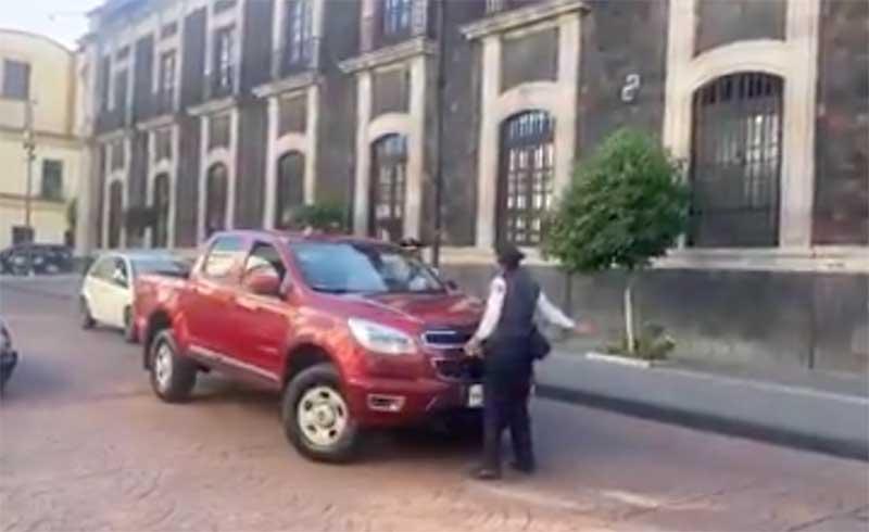 Conductor agrede a oficial de tránsito en Toluca y ciudadanos intervienen