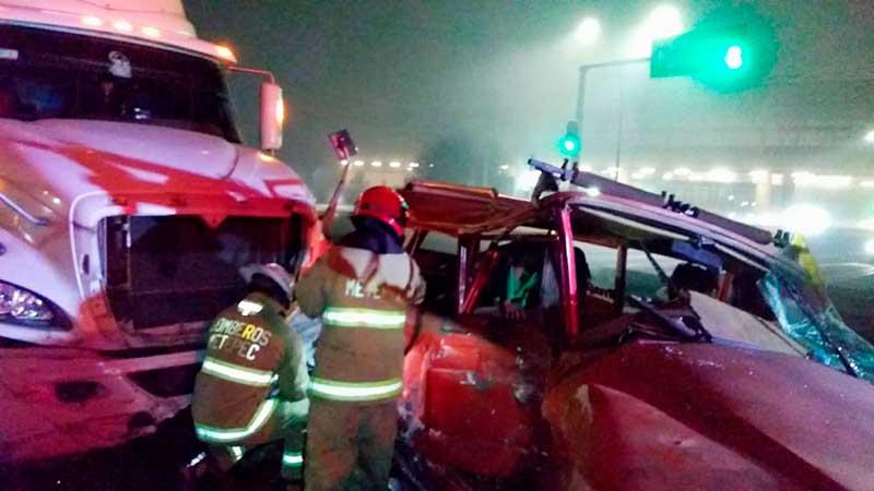 Trailer embiste camioneta esta madrugada en Torres y Tecnológico, Metepec