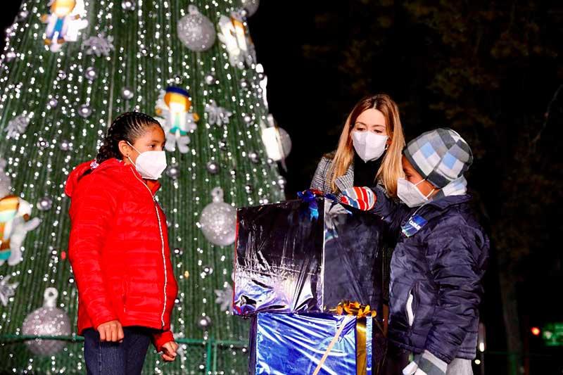 Enciende Fernanda Castillo árbol de navidad en reconocimiento al personal de salud