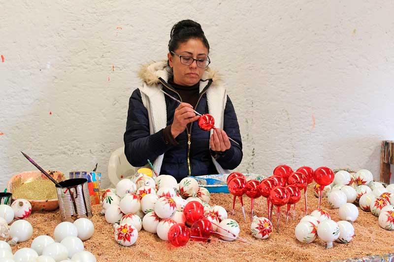 Artesanos de El Oro fabrican esferas para esta época decembrina