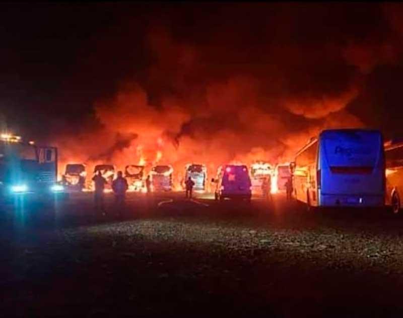Se queman once camiones en la terminal de San Felipe del Progreso