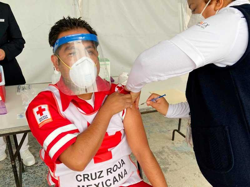 Paramédicos de la Cruz Roja Edomex reciben vacuna contra Covid-19