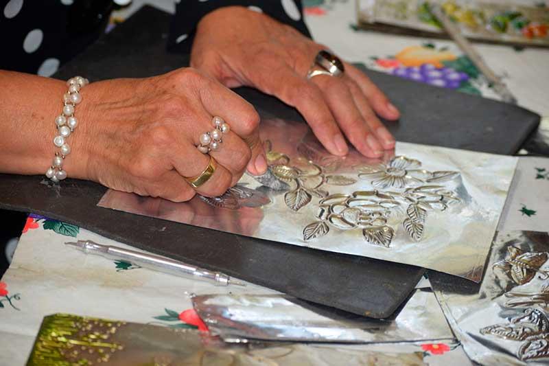 Transforman mexiquenses repujado en bellas artesanías