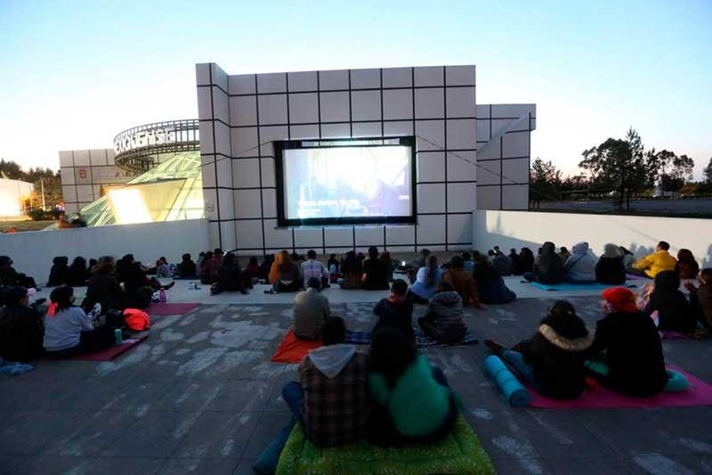 Invitan a disfrutar del cine al aire libre en la Cineteca Mexiquense