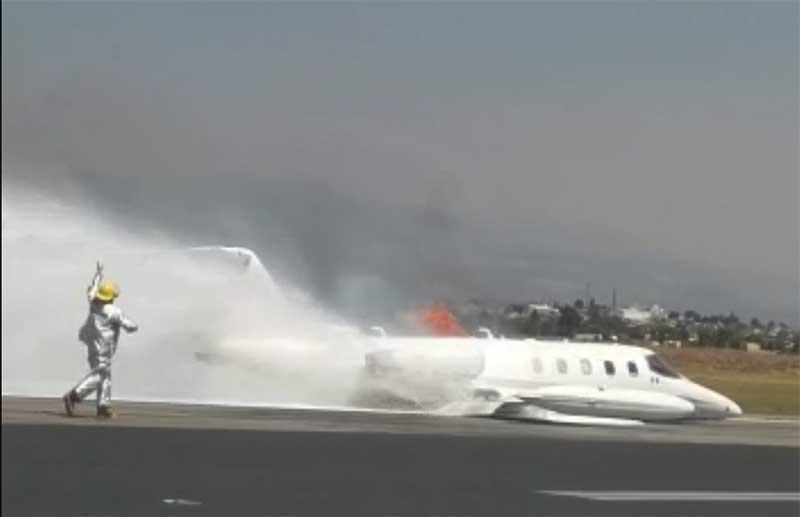 Avión aterriza de emergencia en Toluca y se incendia