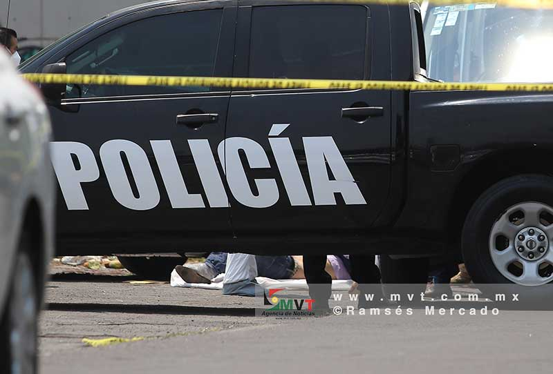Encuentran cadáver en la cajuela de un taxi abandonado frente a Galerías