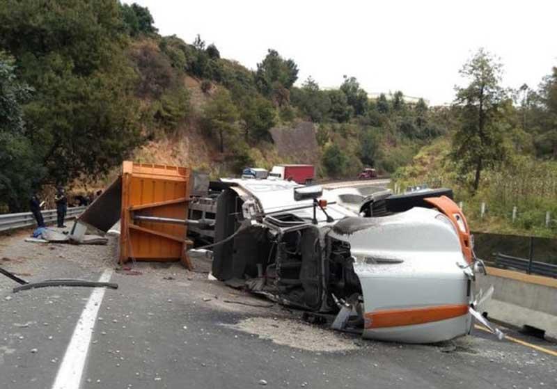 Muere conductor de tráiler tras volcar en la autopista a Ixtapan de la Sal