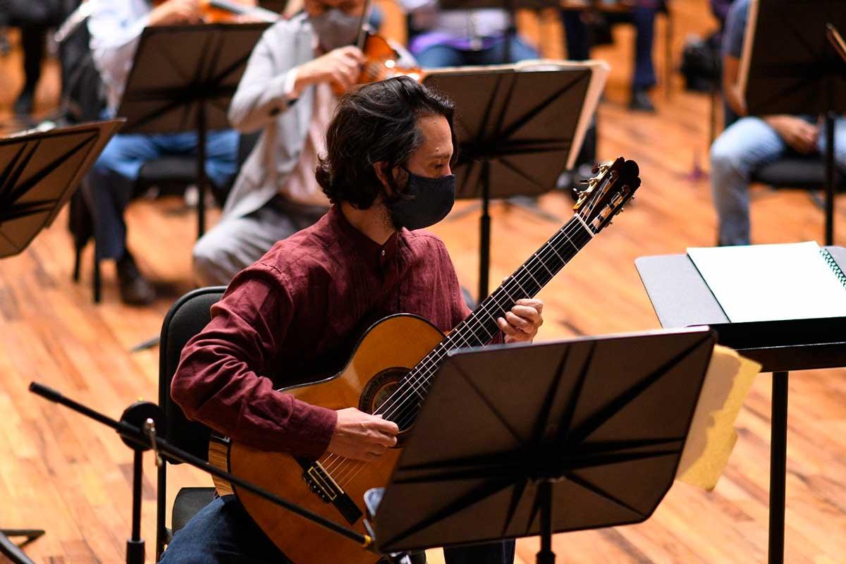 Guitarrista Morgan Szymanski tocando con la Orquesta Sinfónica del Estado de México