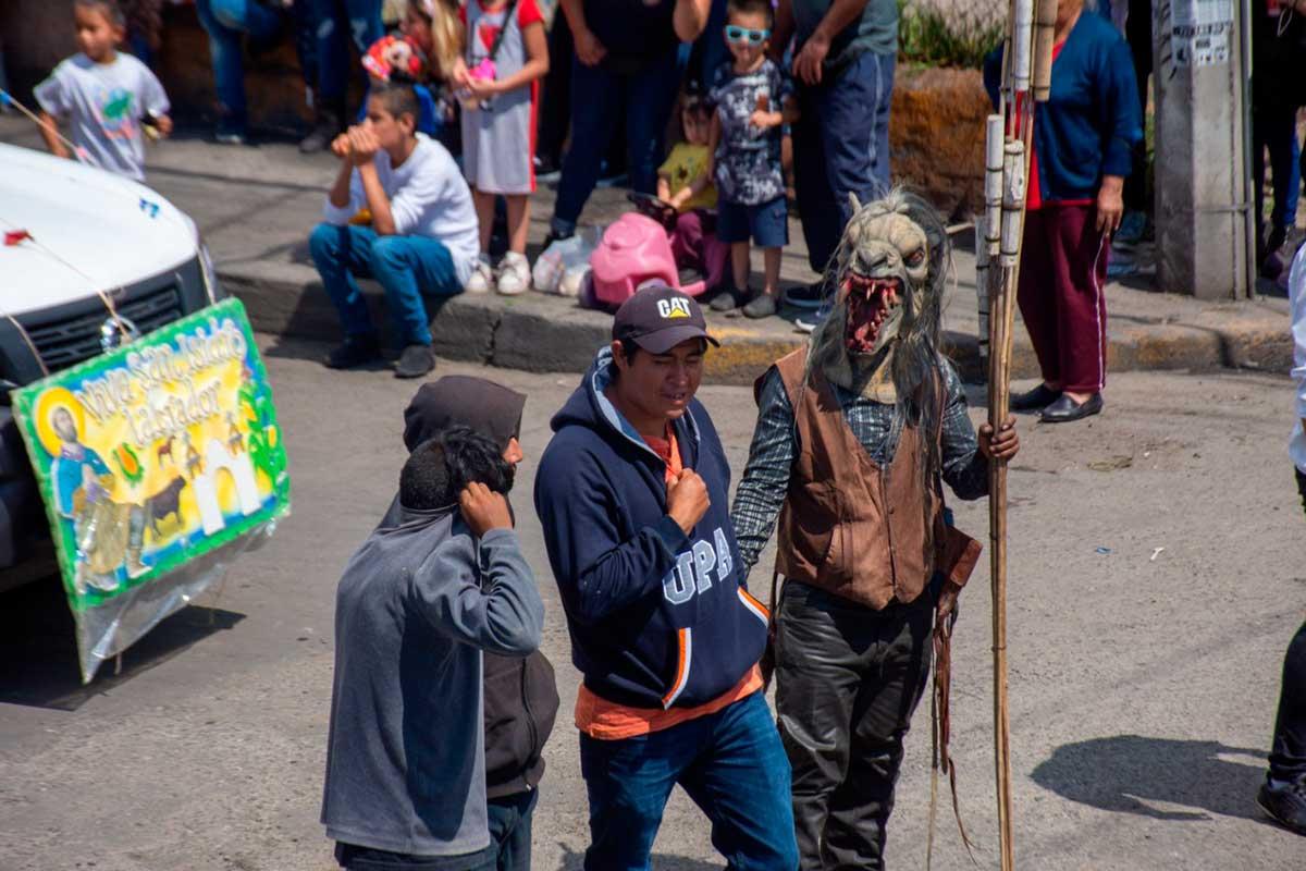 Festejan a San Isidro Labrador con un desfile en Santa Ana Tlapaltitlán.
