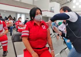 Paramedico de la Cruz Roja recibe vacuna contra Covid