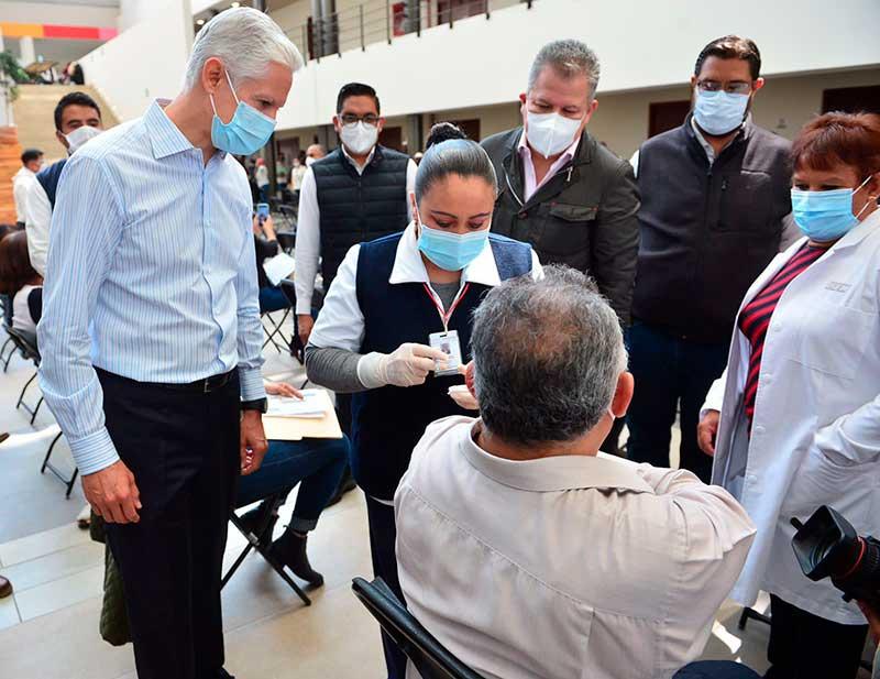 Supervisan inicio de aplicación de vacuna contra Covid-19 a docentes mexiquenses