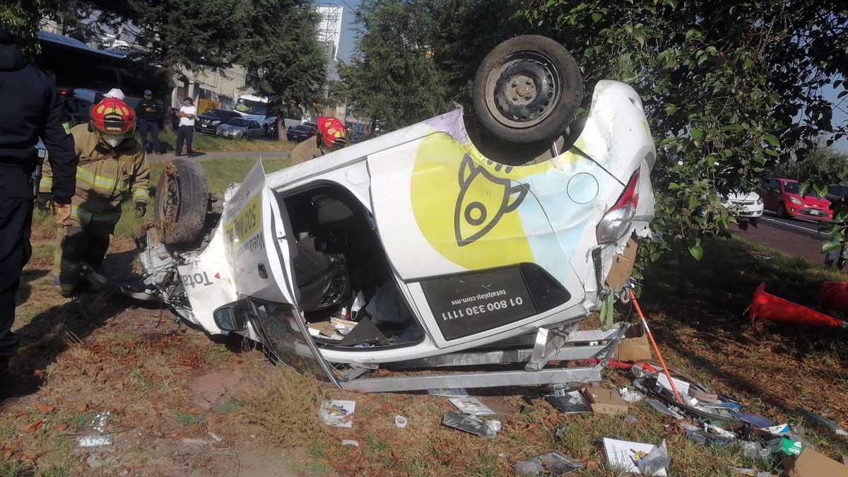 Vuelca vehículo de empresa telefónica en Paseo Tollocan; hay un herido