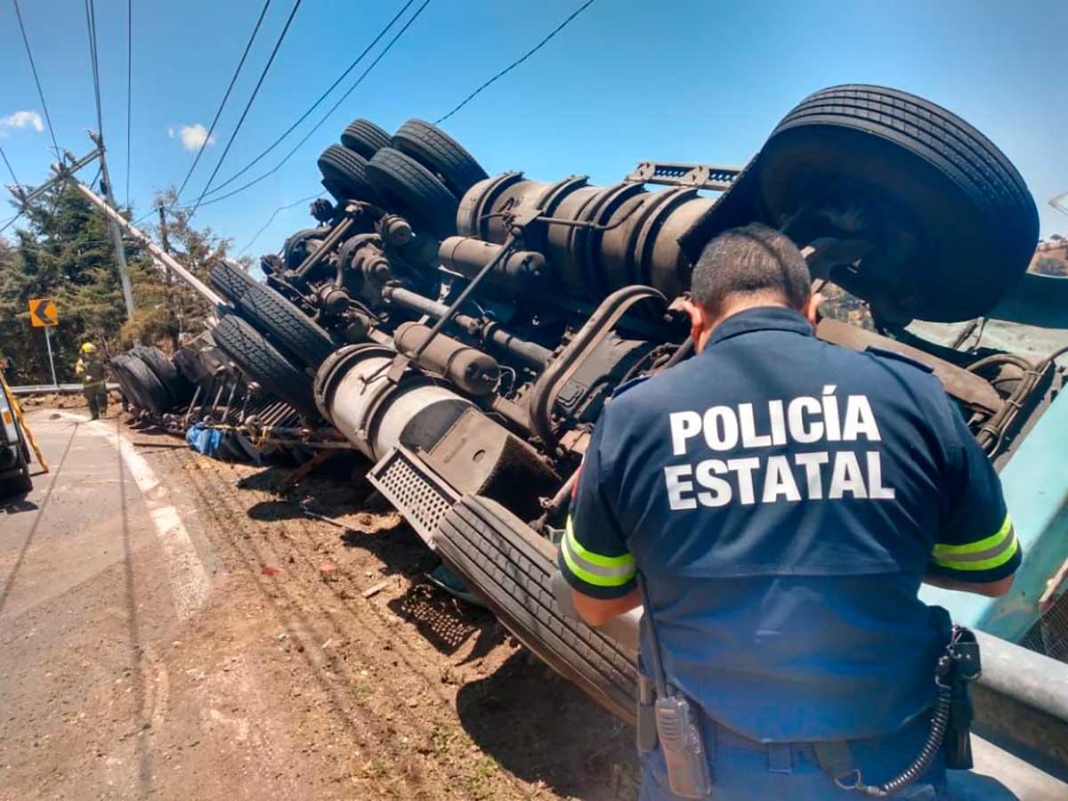 Cerrada la carretera a Tenancingo por volcadura de trailer, rescatan al chofer
