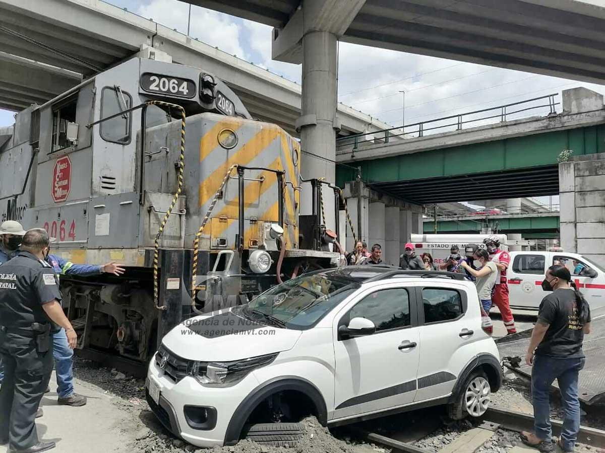Tren «se lleva» auto en Paseo Tollocan y Bulevar Aeropuerto en Toluca