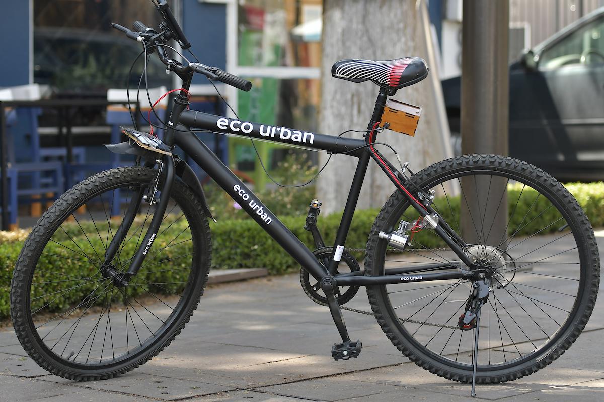 Con el objetivo de impulsar la movilidad sustentable y las energías limpias, el colectivo Eco Urban presentó la bicicleta ecológica mediante el uso de paneles solares, en el cual puedes recargar aparatos móviles mediante USB a base de pedalear la bicicleta.