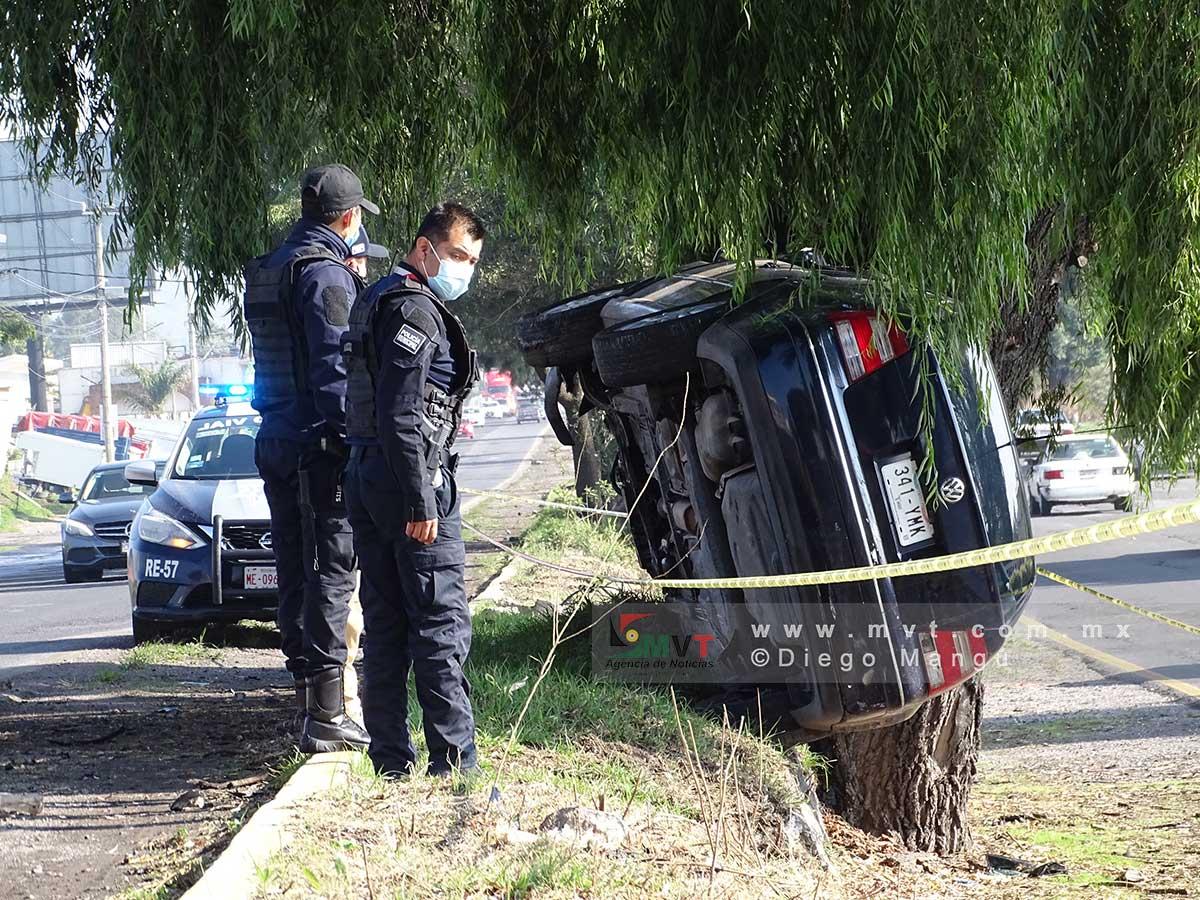 El auto quedó impactado en un árbol de la carretera Toluca Tenango, policías resguardan la escena