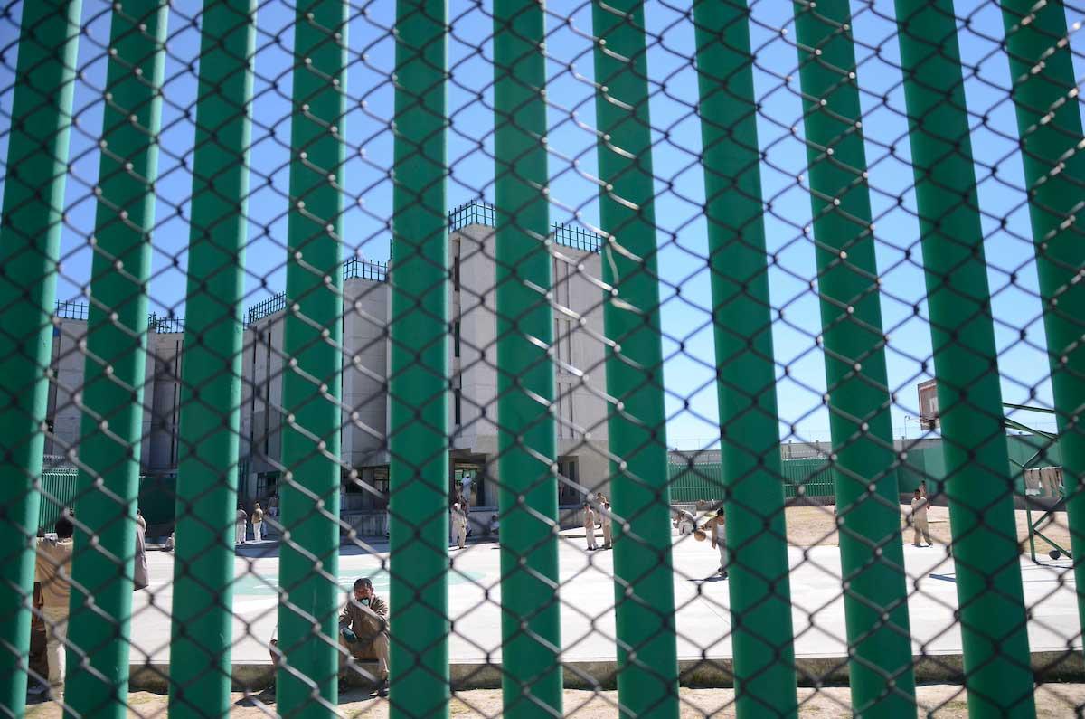 Disparan balazos afuera del Penal de Ecatepec y dejan manta de advertencia