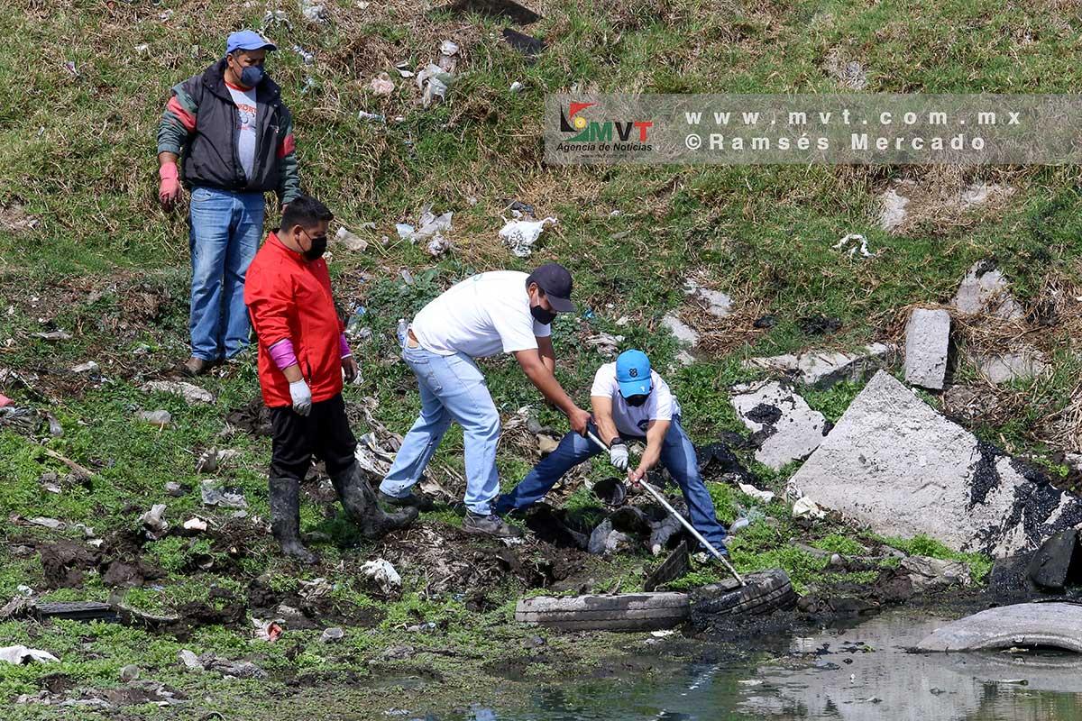 Voluntarios limpian de basura la laguna de Palmillas, al norte de Toluca