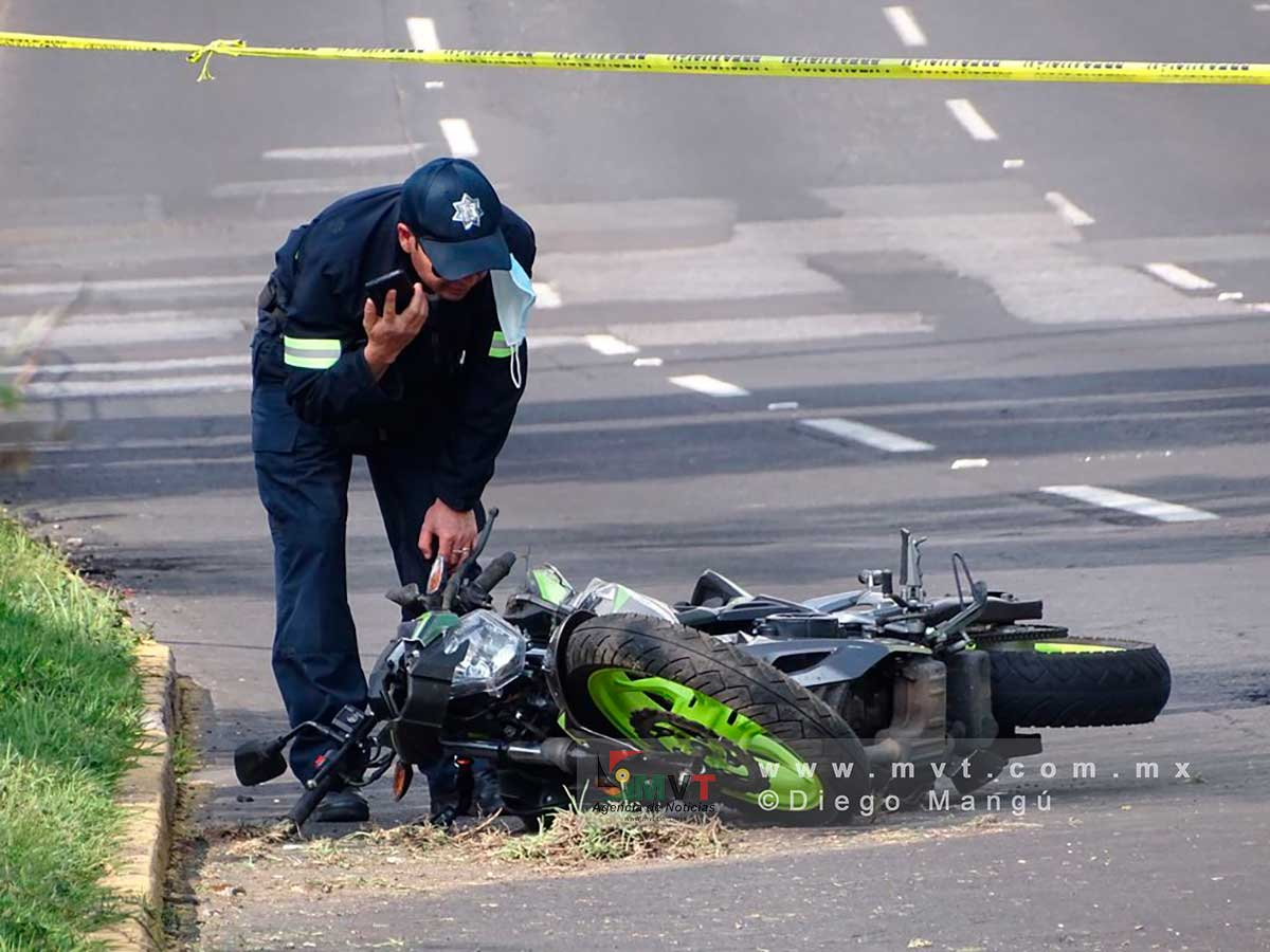 Derrapa motociclista y muere sobre Paseo Tollocan frente a la Terminal de Toluca