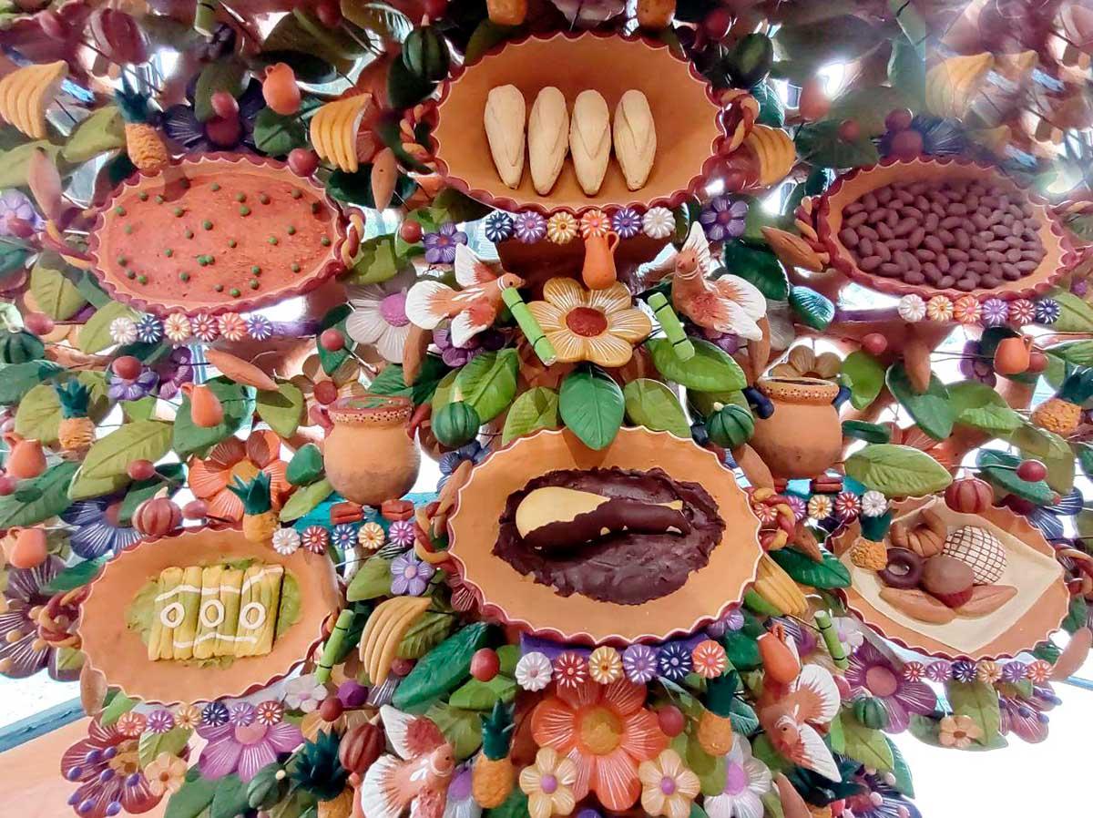 Artesano de Metepec crea árbol de la vida con temática gastronómica