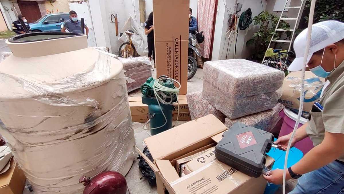 Agentes catean domicilio en Santa Elena, además de autos había mercancía robada