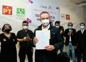 Raymundo Martínez recibe constancia de mayoría
