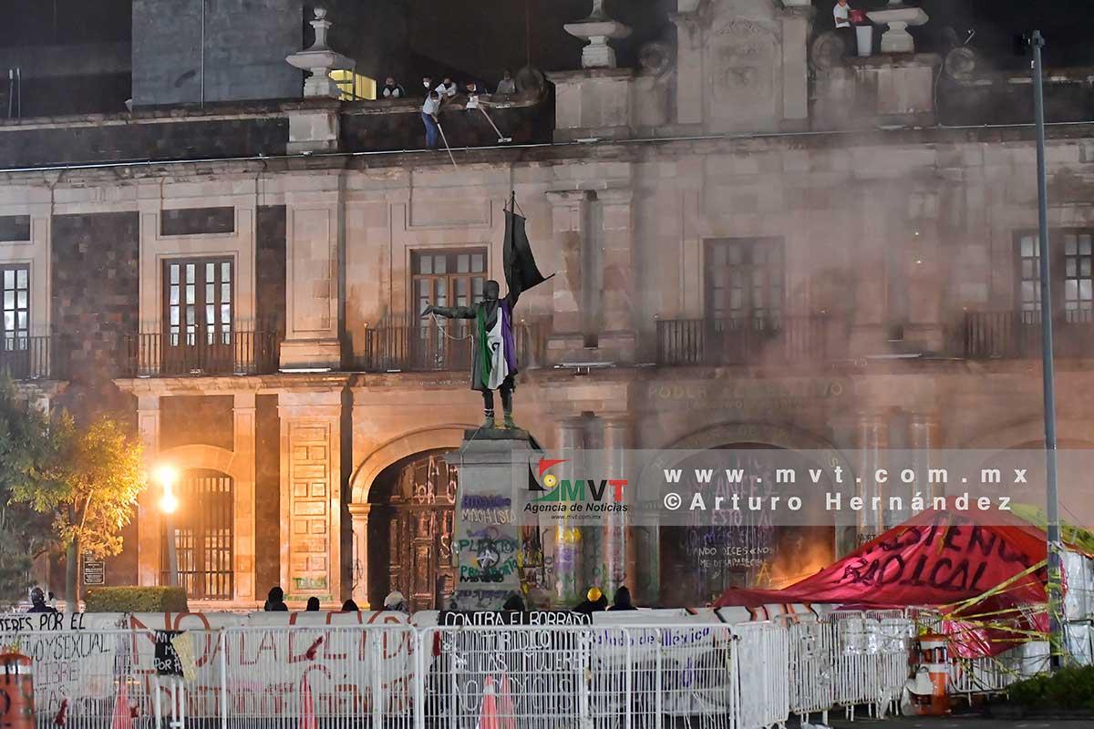 Feministas radicales prenden fuego a la fachada del Congreso en Toluca