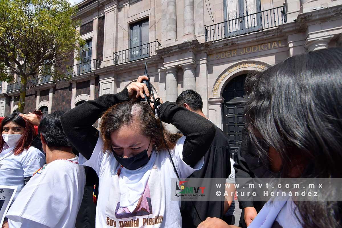 Familiares de presos en penales del Estado de Mexico se manifestaron cortándose el cabello frente al Poder Judicial exigiendo amnistía