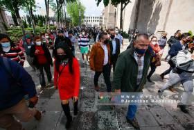 Burocratas participan en la evacuación de edificios gubernamentales durante el simulacro nacional 2021