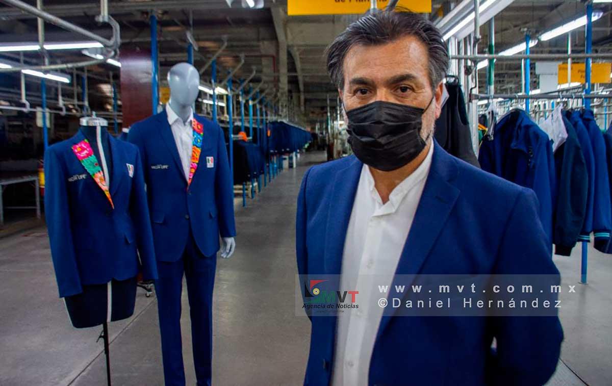 Pedro Alfaro, Gerente técnico de la empresa, explica el diseño de los trajes que usarán los atletas mexicanos en la ceremonia inaugural de los juegos olímpicos de Tokio