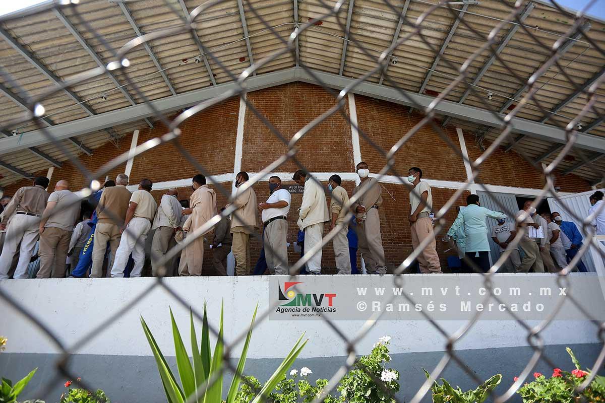 Fila de presos en espera de recibir la vacuna contra Covid-19 a presos en penales del Estado de México