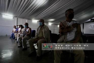Presos reciben la vacuna contra Covid-19 a presos en penales del Estado de México
