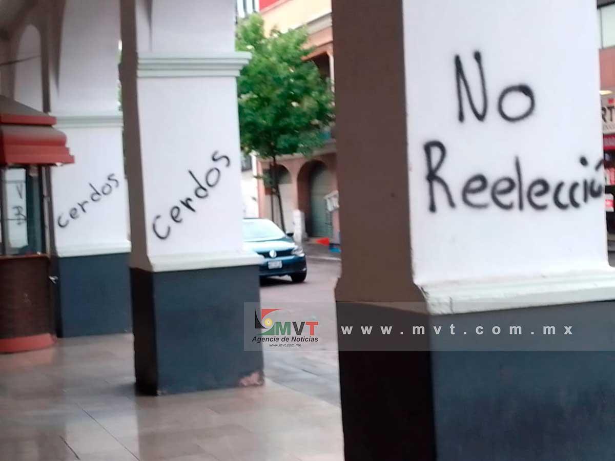 Vandalizan con pintas los Portales de Toluca