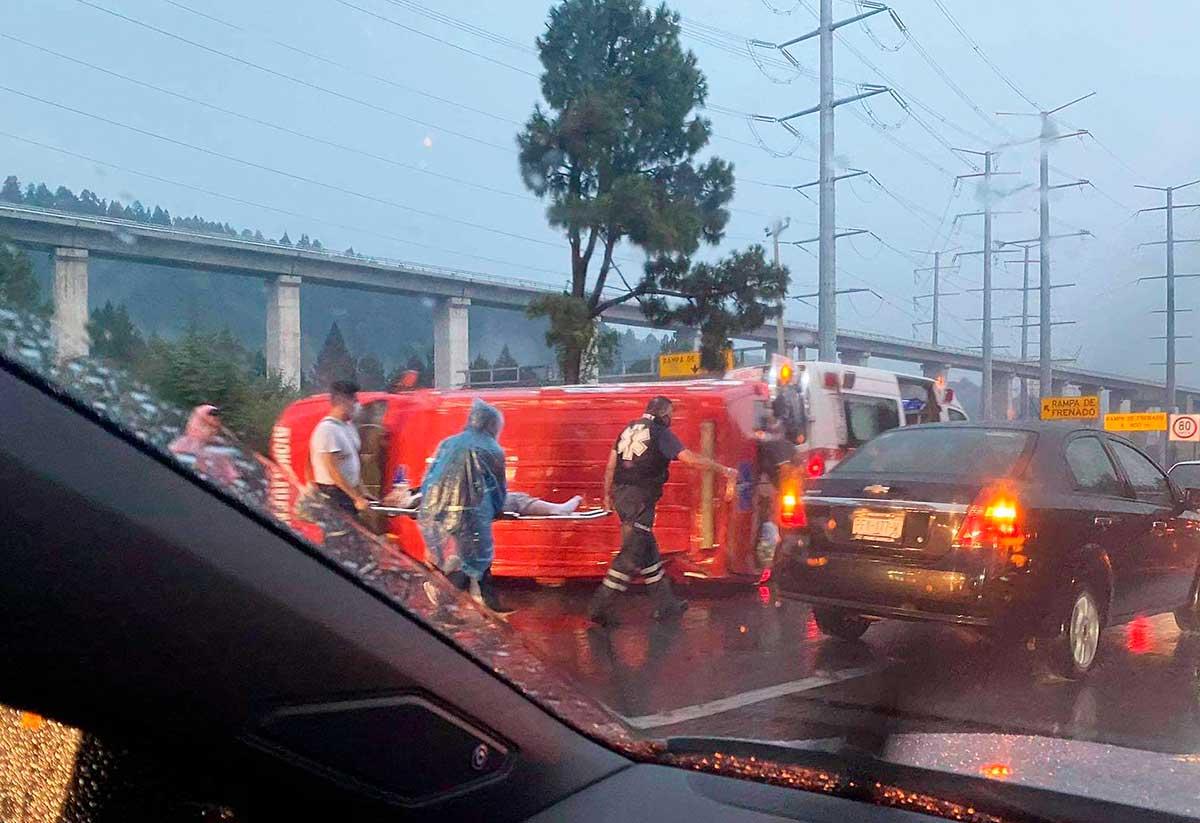 Vuelca ambulancia privada en la México Toluca, hay 3 lesionados