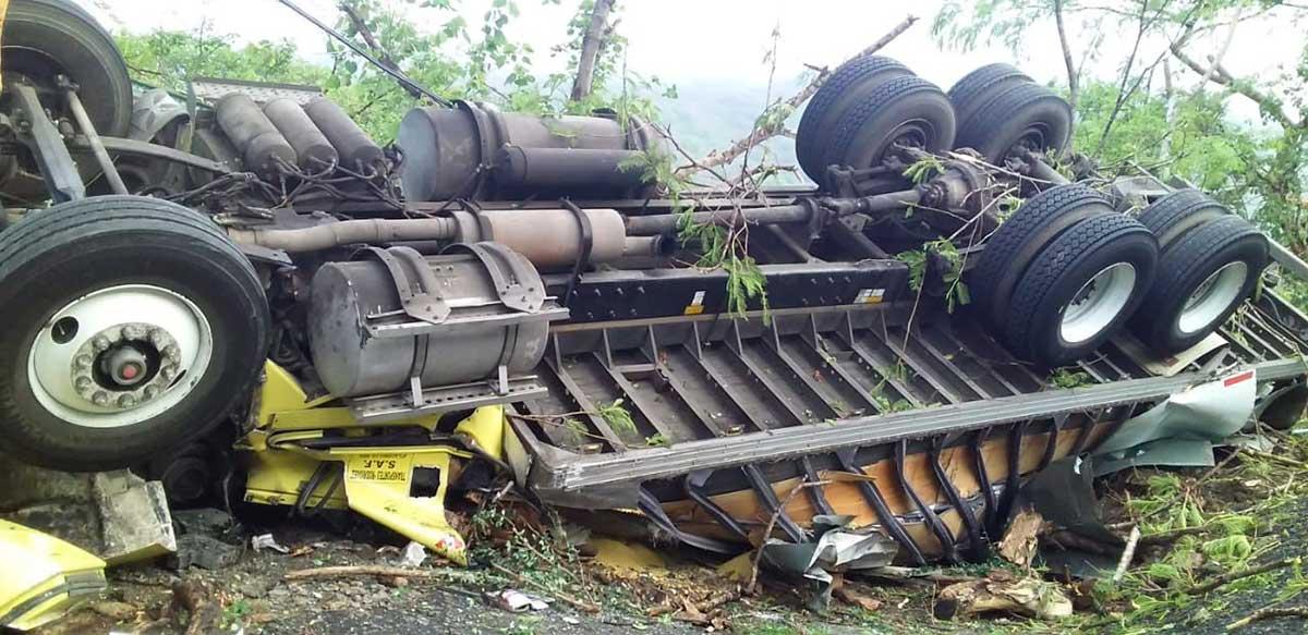 Vuelca camión en Tejupilco, muere una persona y otras más resulta herida