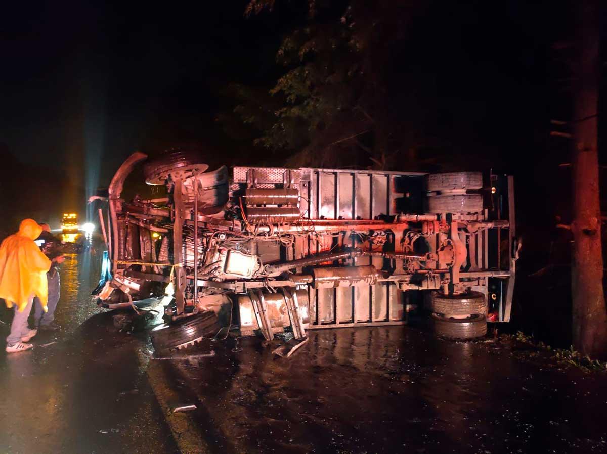 Vuelca camión repartidor y muere el chofer en Zinacantepec