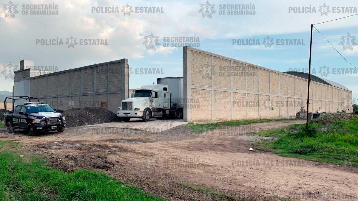 Policias resguardan predio en Xonacatlán con mercancía robada