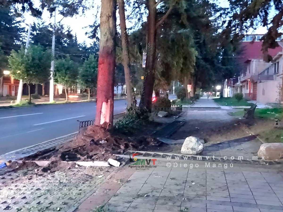 Asi quedó el lugar donde el conductor se estrelló esta madrugada sobre el Paseo Colón de Toluca