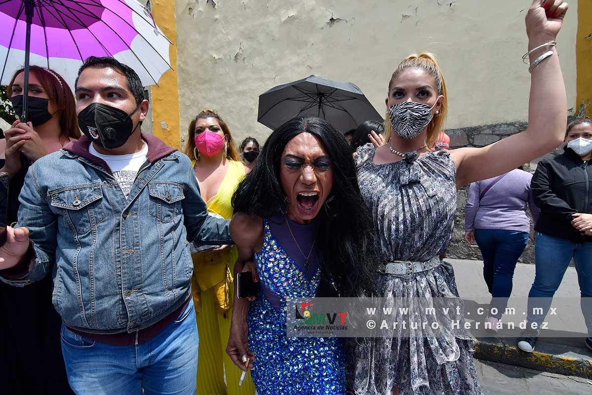 Un integrante de la comunidad transexual festeja la aprobación de la ley de identidad de género en el Edomex