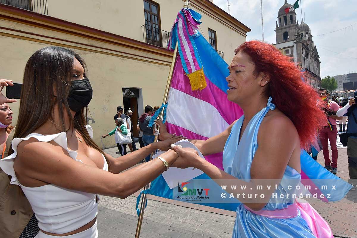 Dos integrantes de la comunidad transexual festejan la aprobación de la ley de identidad de género en el Edomex