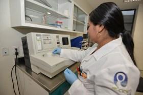 estudiante de posgrado de ciencias de la salud haciendo practicas