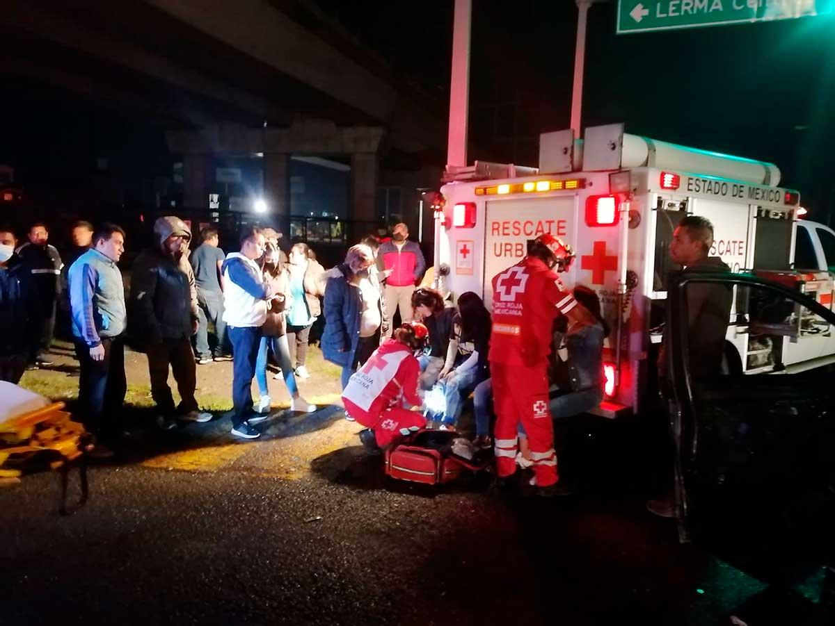 Choque deja 6 lesionados en crucero de San Pedro Tultepec, Lerma