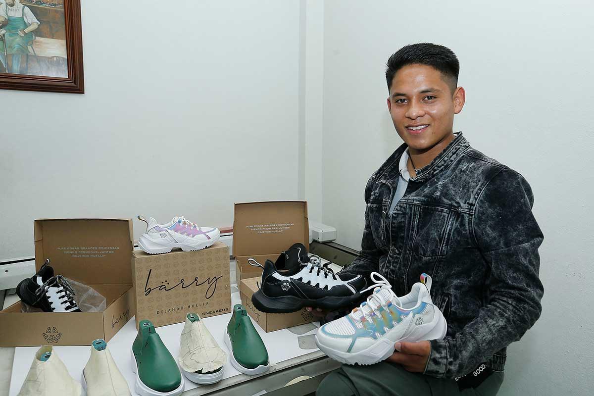 Estudiante de la UAEM emprende en el diseño, fabricación y personalización desneakers